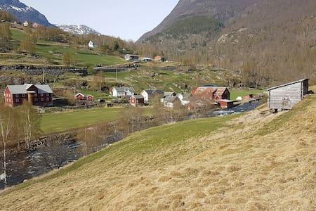 Velkomen til garden vår/Welcome to our farm
