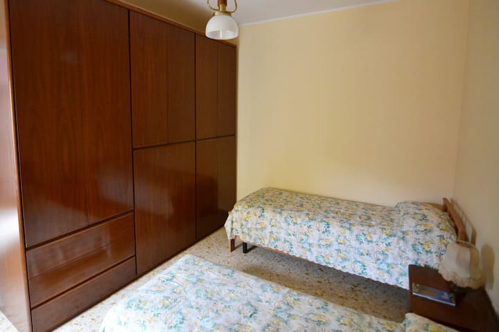 third room with 2 single bed
