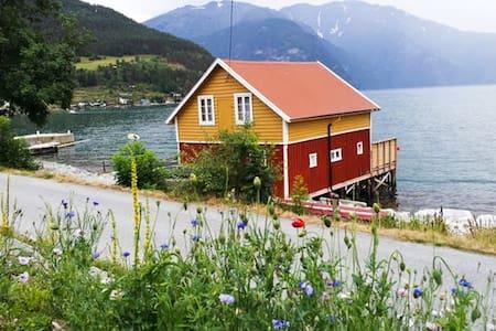 Båtnaust, med leilighet - Sogndal - Ξυλόσπιτο