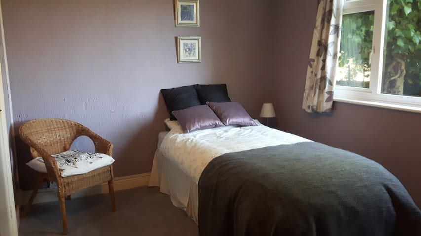 Single room in quiet area with en suite and TV.