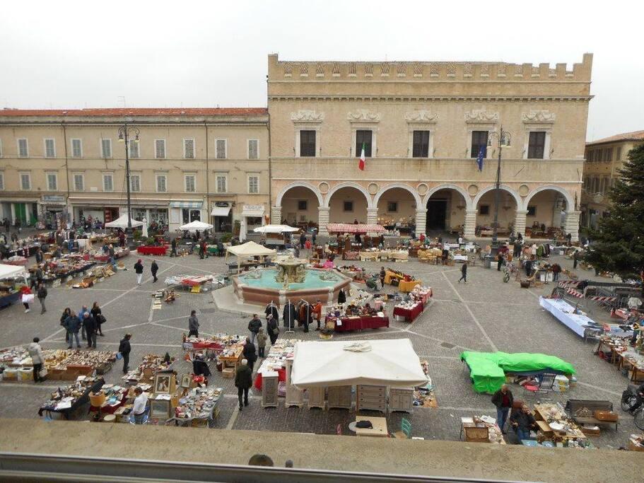 Piazza in giorno di mercatino