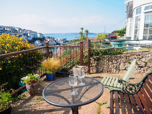 Smugglers - delightful 2 bed cottage, sea views, patio, log fire & wi-fi