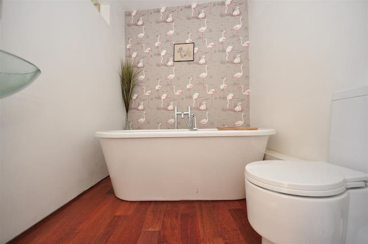 Cedar House En-suite bathroom