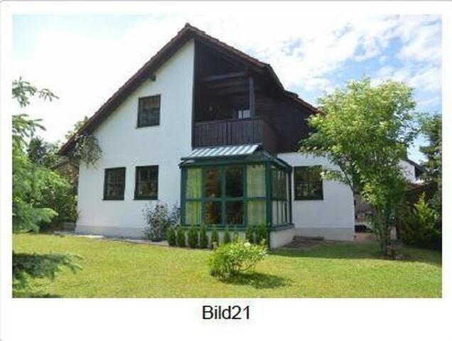 1 Zi- Wohnung in einem 3-Familienhaus mit Garten