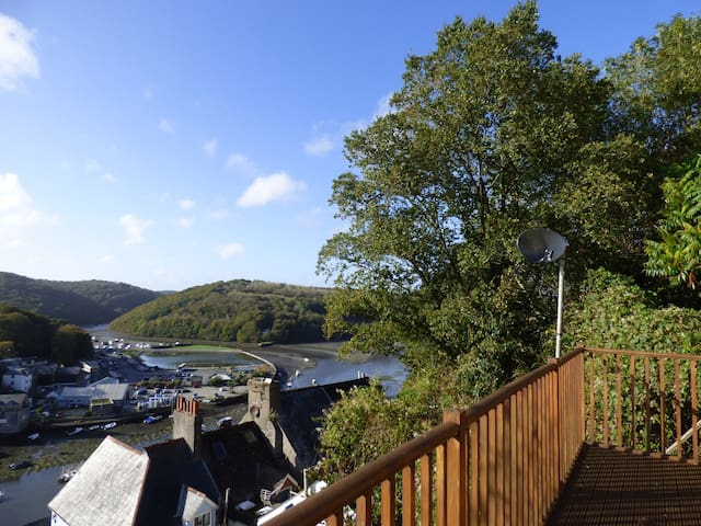 6 THE HILLOCKS, pet friendly, with a garden in Looe, Ref 962820