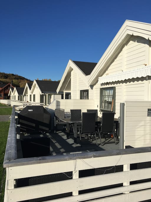 Fin og solfylt veranda med spiseplass og grill