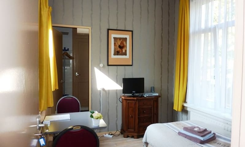 Room nr. 3 with hotelbed, private bathroom, wifi - Leeuwarden - Bed & Breakfast