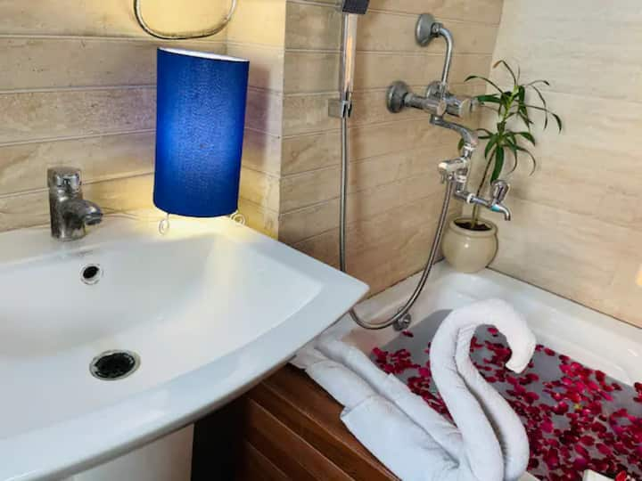 Rose Nirwana Inn★★★★★2BHK with Bathtub & Breakfast