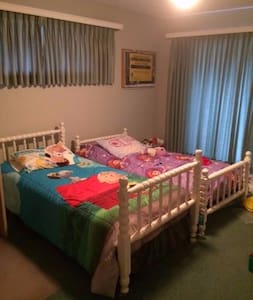2nd Comfy room with Full size bed - Placentia - Huis