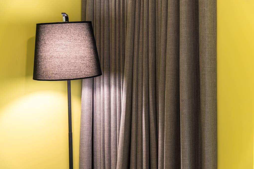 房間內一隅:檯燈區。