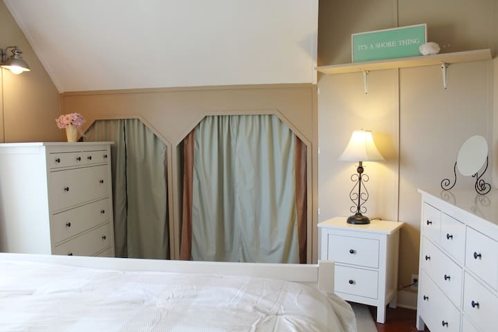 Cute, little closet w/hangers. Tons of drawers that all open & close easily. This bed is extra comfy. Wake up refreshed! It's a shore thing.