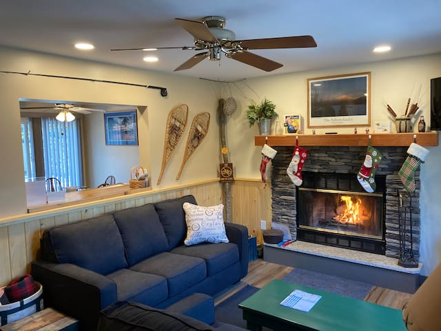 Whiteface~Wilmington cottage~Hot tub~Fire place~