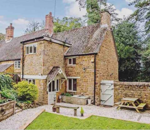 Centrally Located stone cottage with Log Burner