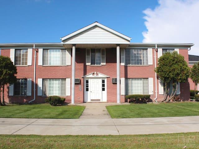 Clean, spacious 950 sq. ft apartment - Center Line - Wohnung