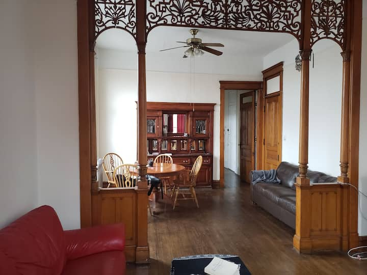 Open airy high ceiling apartment 10min from Chi