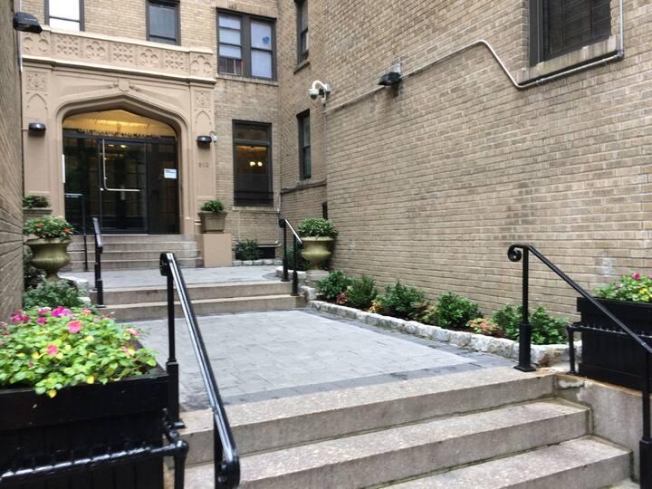 Manhattan: One bedroom quaint apartment awaits