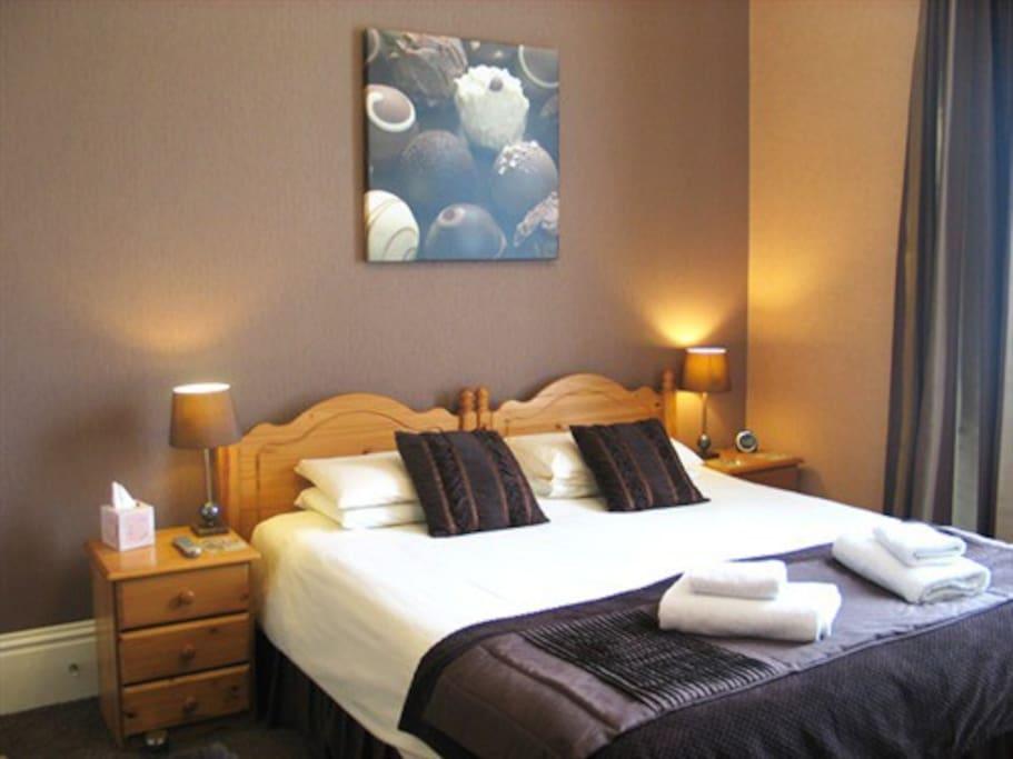 Luxury en-suite Double room with tasteful chocolate theme