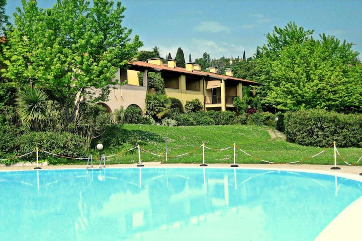 House with lake view and swimming pool near Golf Club and Lake Garda, with wifi