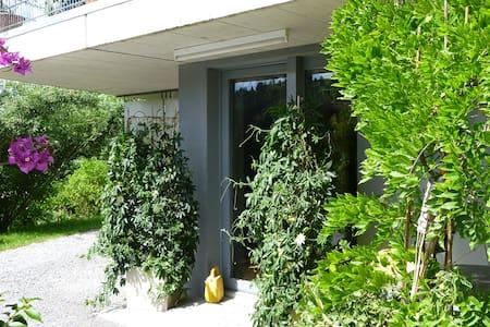 Liebevoll eingerichtete 2-Zimmerwohnung im Grünen - Bühler - Lägenhet