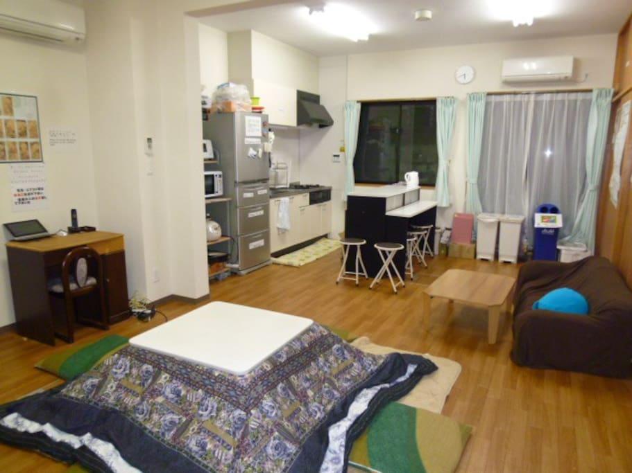 リビングルーム 冬はこたつで温まって下さい  This is the common room / living room that can be shared by everyone. A spacious place to eat together.
