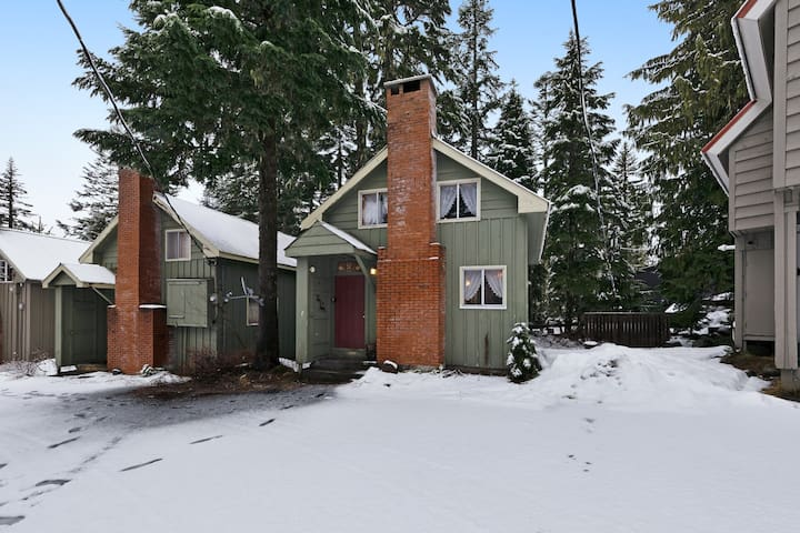 Cozy & comfortable mountain cabin with great Government Camp location!