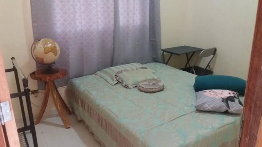 Quarto cama Queen UEL privado com garagem!