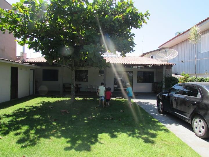 Casa em local tranquilo com gramado e sombra