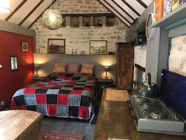 De gîte bestaat uit een open ruimte met keuken, zithoek en 2-persoons bed, en een aparte badkamer.