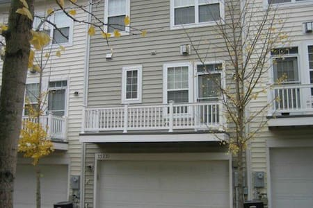 townhouse community w/ 2 car garage - Camp Springs