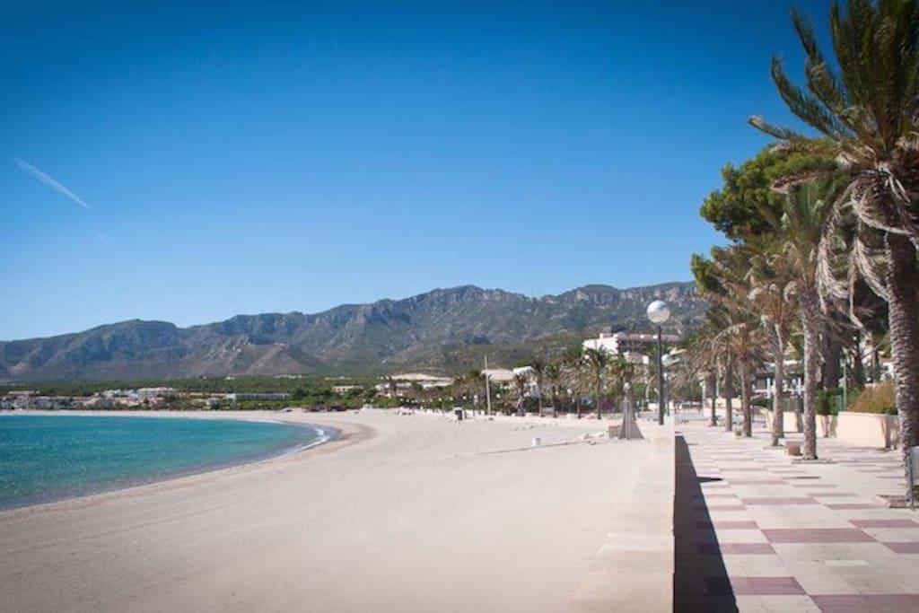 Playas de aguas cristalinas a tan sólo 1 min a pie y entorno con Montaña y natura.
