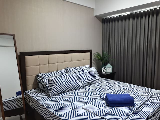 Big 1-Bedroom Across Ayala mall with FREE PARKING
