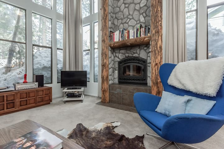 Alpine-style condo, steps to ski shuttle, with shared hot tub and amenities