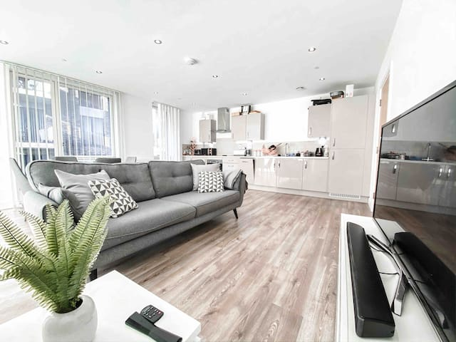 Stylish spacious 2 bedroom luxury apartment
