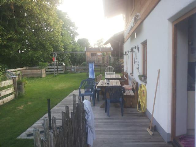 Gemütliche Terasse mit Schaukeln und Trampolin im Garten