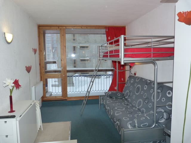 Studio for 3 persons in Arc 1800 close to the slopes, the shops, the ski school and the day nursery in les Villards area.