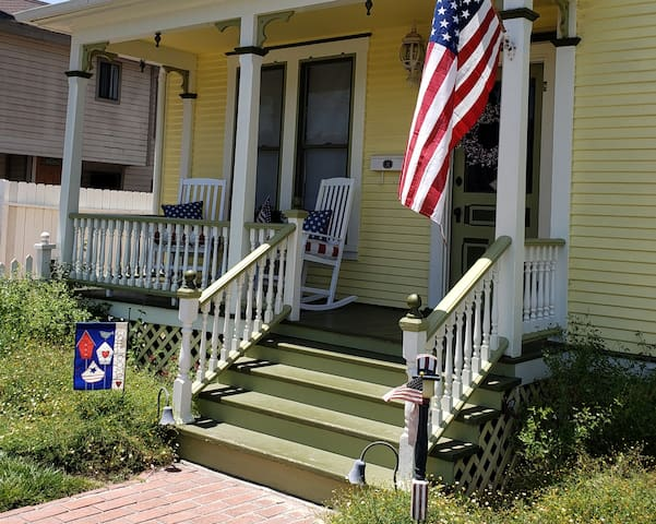 Charming Victorian Cottage in Old Towne Orange