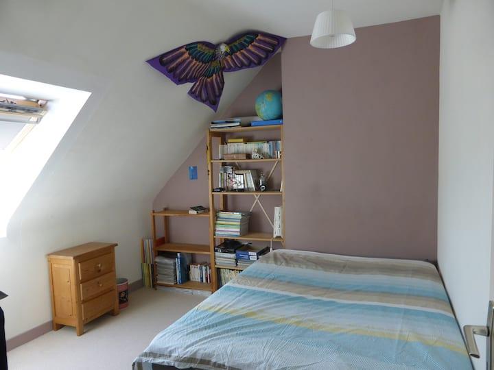 Petite chambre mansardée proche Rennes