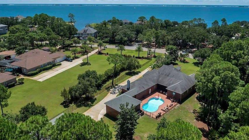 Soundside Manor. In between 2 beaches!