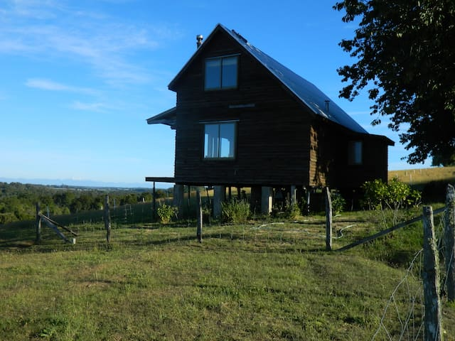 Romántica cabaña en pradera, cercano Puerto Varas
