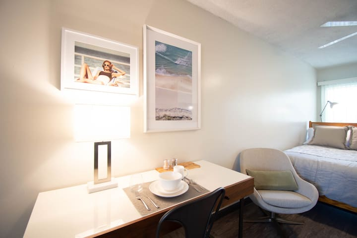 Single modern live/work retreat, Palms area T18
