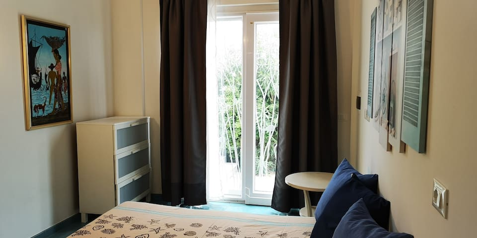 Double Bedroom with wi-fi and parking seafront