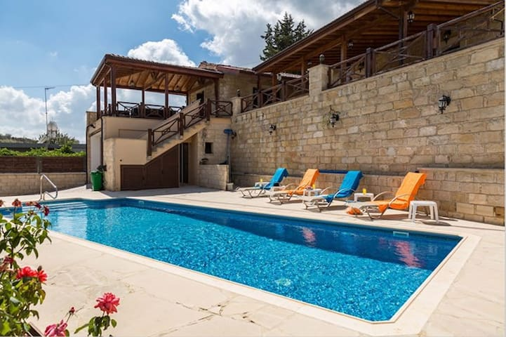 Villa Elizabeth with pool. EASTER OFFER 5 NIGHTS! - Pachna - Villa