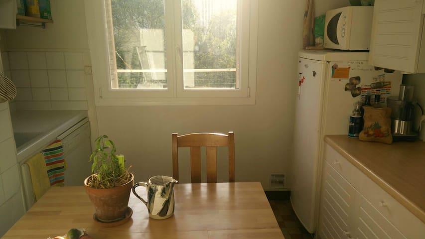 Kitchen with wood, organics coffee and tea / Cuisine avec du bois, du café bio et thé bio