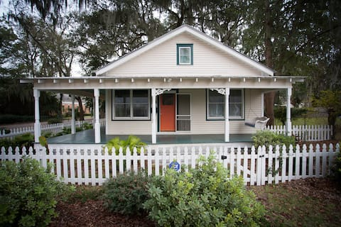 Cozy Bungalow w/ Porch between downtown and Tybee