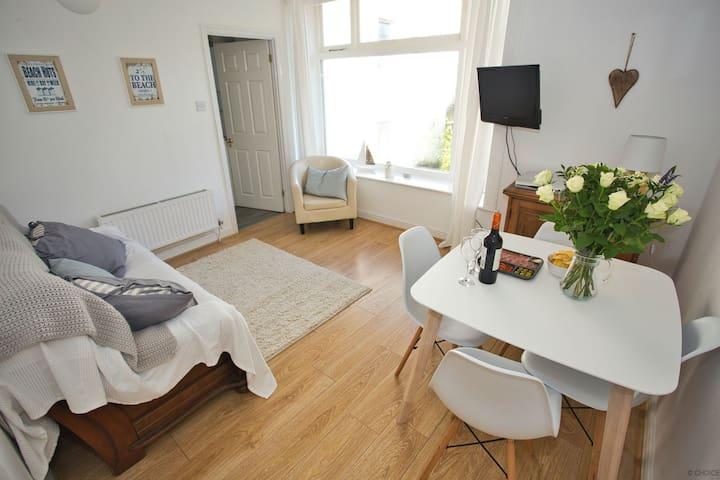 ILFRACOMBE EDEN | 2 Bedrooms | Sea Views towards Bristol Channel | Sleeps 4