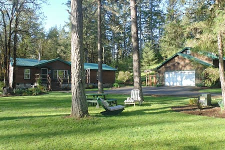 Cabin Guest House behind garage/Sleeps up to 6