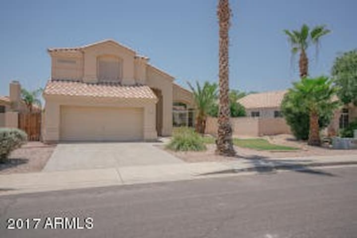 Spacious private room in Superstition springs