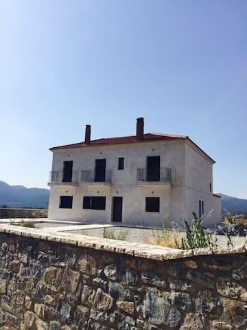 Villa Gaia 10 min from Vitina - GR - Casa