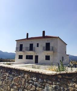 Villa Gaia 10 min from Vitina - 一軒家