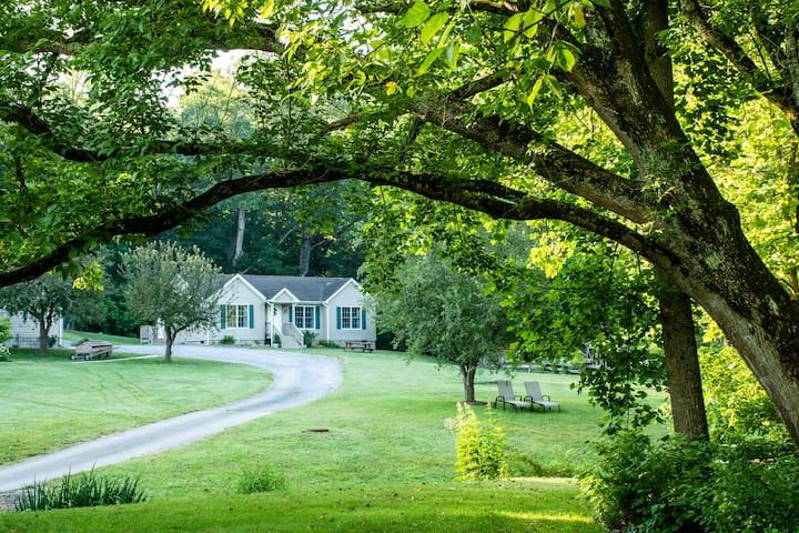 Cottage, Creek, Gardens, Wifi. Near VHC, W&L, VMI.